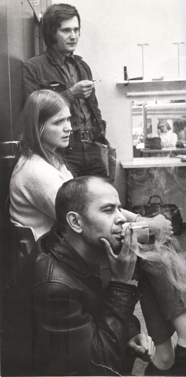 Turkka, assistentti Kristiina Repo ja Turo Unho syksyllä 1970 Tuntemattoman sotilaan harjoituksissa.  Kuva:  Joensuun kaupunginteatteri