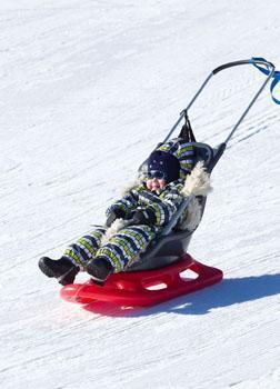 Vuokrahinta: 10 €/viikko - Snow Baby Fun on pienelle lapselle tarkoitettu tukeva kelkka mäenlaskuun ja jäälle. - Kelkka on tarkoitettu 1 - 3 vuotiaille käyttäjille. - Siinä on tukeva istuin joka voidaan varustaa 3 tai 5 piste vöillä. Kelkkaa voidaan vetää perässä narun avulla tai työntää säädettävästä työntökahvasta. - Kelkan pituus on 110 cm, leveys 42 cm ja korkeus 67 cm. Istuimen leveys on 28 cm, syvyys 40 cm ja selkänojan korkeus 53 cm. Kelkan kantavuus on 60 kg. Kelkka painaa 6 kg. - Työntökahvan korkeus on säädettävissä välillä 67 - 92 cm.