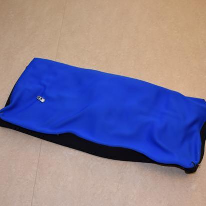 Suorakulmainen, sininen Stabilo-asentotyyny täytetään ilmalla ja muotoillaan käyttäjän mukaan helpottamaan asentoa.