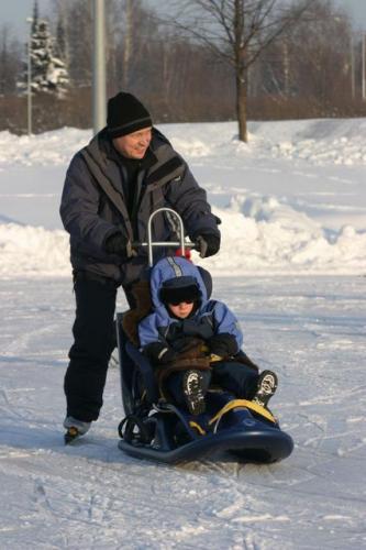 Vuokrahinta: 15 €/viikko - Snow Comfort -kelkka soveltuu loivaan pulkkamäkeen sekä lumellla ja jäällä liikkumiseen. - Kelkkaa voi työntää niskatuessa olevasta työntökahvasta ja/tai vetää kelkan keulassa olevasta vetonarusta. - Kelkan takana on irrotettava jalas ja sitä on mahdollista potkutella potkukelkan tapaan. - Muotoiltu istuin, turvavyöt, säädettävä niskatuki ja jarru. - Kelkan koko pituus 120 cm, leveys 51 cm (Istuimen 40cm), korkeus104  (kuljetuksessa 47 cm) ja paino 15kg. - Soveltuu lapsesta aikuiseen, painoraja 90kg.