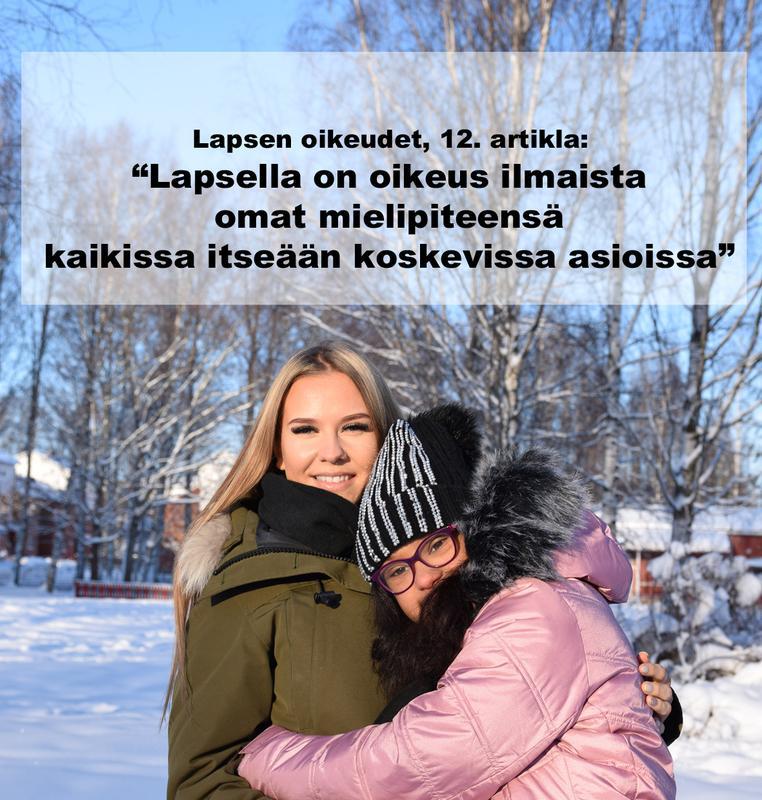"""Kuvassa Maija halaa henkilökohtaista avustajaansa Milenaa lumisessa maisemassa. Kuvassa teksti: Lapsen oikeudet, 12. artikla: """"Lapsella on oikeus ilmaista omat mielipiteensä kaikissa itseään koskevissa asioissa""""."""