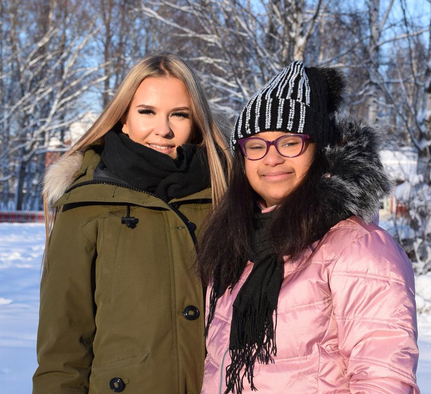 Maija ja hänen henkilökohitainen avustajansa Milena hymyilevät kameralle lumisessa maisemassa.