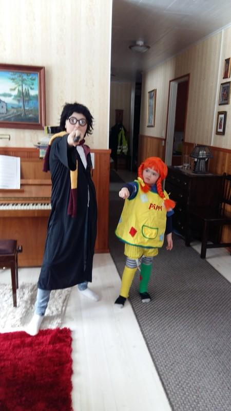Kuvassa kaksi lasta naamiaisasuihin pukeutuneina.