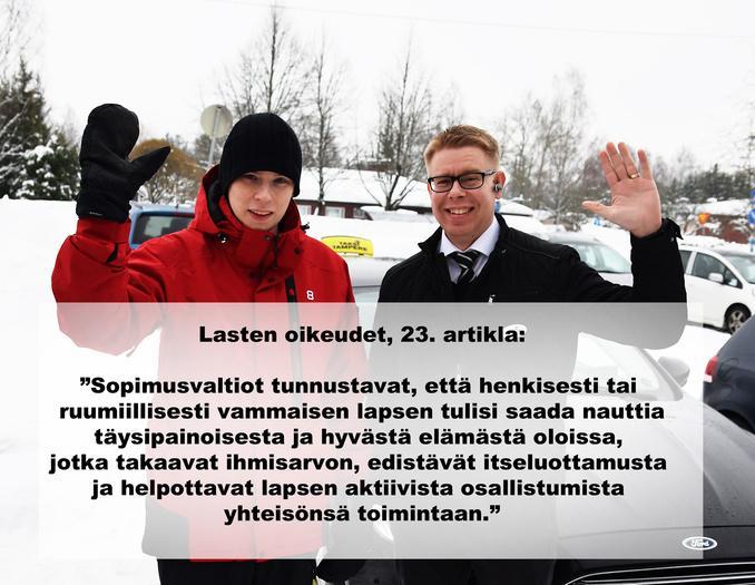 Kuvassa Topi ja hänen taksikuskinsa Jaakko. Molemmat heiluttavat iloisesti kättään kuvaajalle. Taustalla luminen Lempäälä.