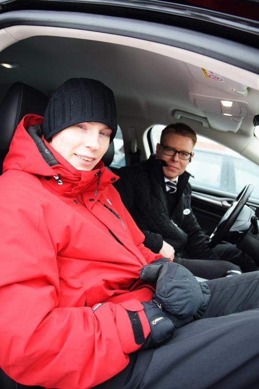 Topi ja Jaakko istumassa taksin sisällä. Topi istuu etupenkillä Jaakon vieressä.
