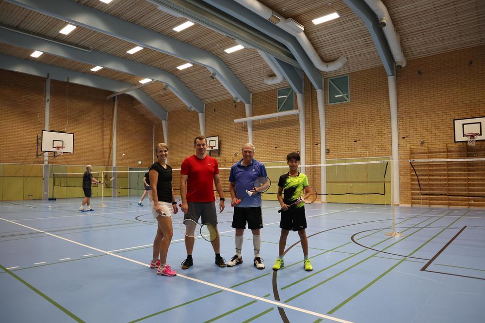 Rasussa pelataan hyvässä seurassa, olit sitten kilpapelaaja, kuntopelaaja, seniori tai juniori. Kuva on Friisilän koulun liikuntasalista, jossa on kesän 2018 remontin jälkeen huippuhyvä lattia.