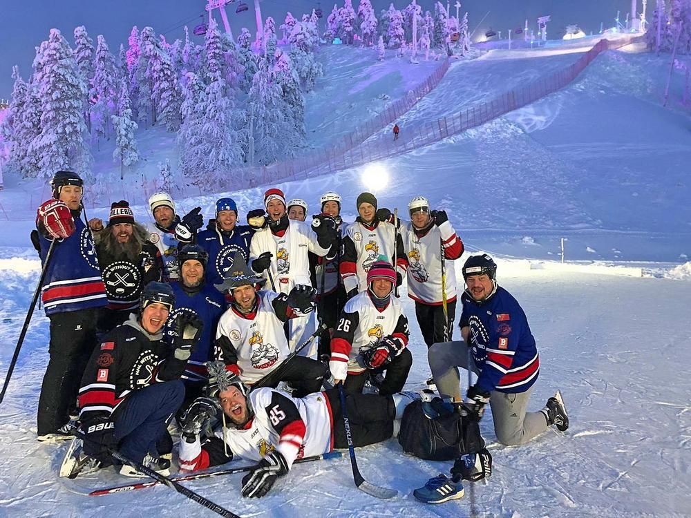 Vaikka ottelu päättyi Ugly Ducksin voittoon, oli hymy matsin jälkeen herkässä. Kuvassa voittamaton joukkue ja NHLwam.