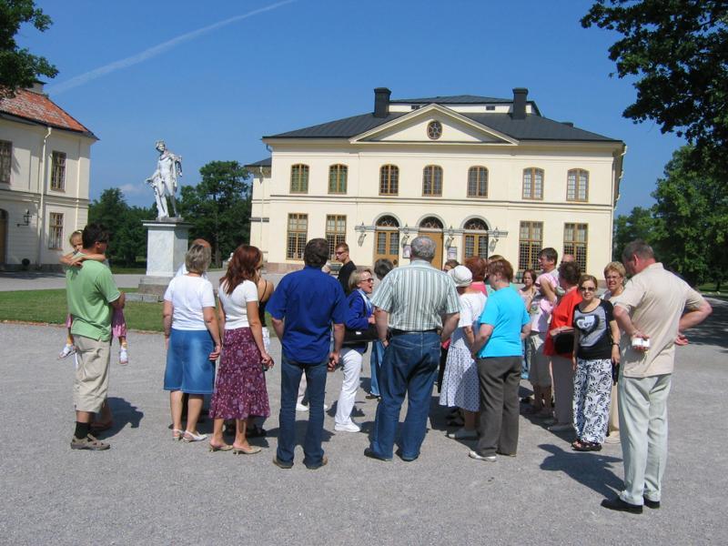 Drottningholmin linnan pihalla helteessä