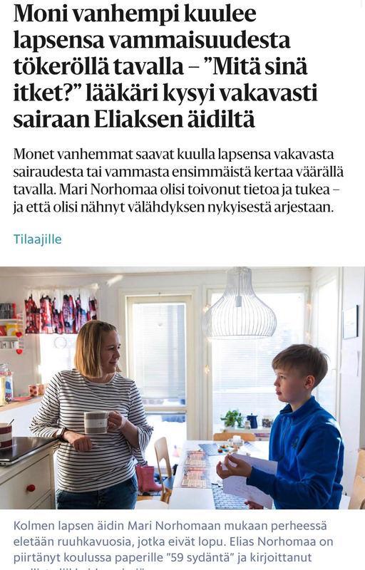 """Kuva ensitietoon liittyvästä artikkelista Helsingin Sanomissa. Otsikko: """"Moni vanhempi kuulee lapsensa vammaisuudesta tökeröllä tavalla – """"Mitä sinä itket?"""" lääkäri kysyi vakavasti sairaan Eliaksen äidiltä"""". Kuvassa äiti juo kahvia keittiössä poikansa kanssa."""