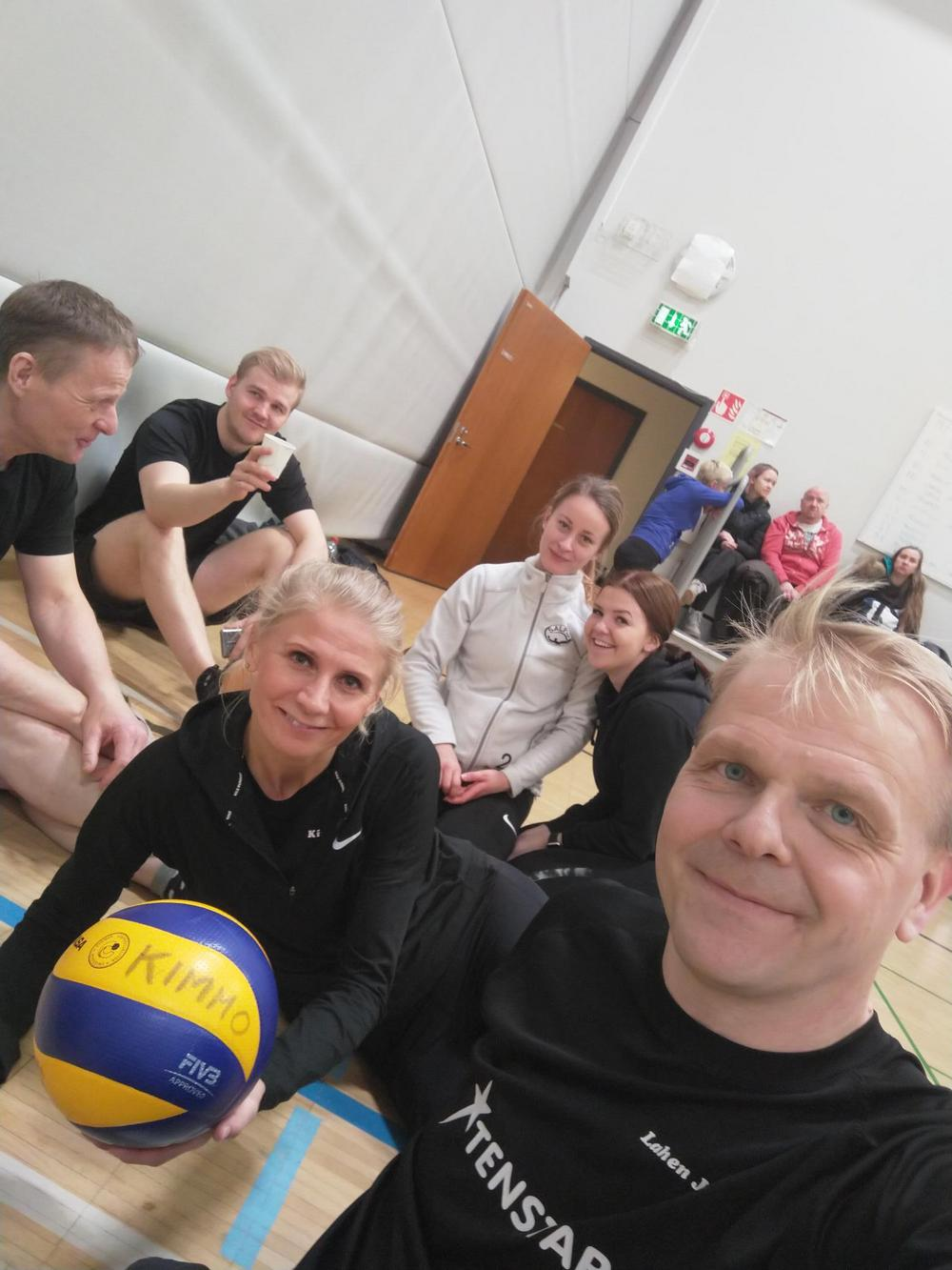 Kuvassa yksi Kivon sekajoukkueista: Anna, Lotta, Monica, Seppo, Eetu ja Jarno