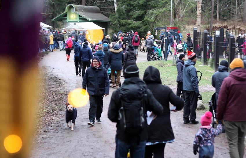 Kuvassa ihmisiä kävelemässä Seurasaaren joulupolulla vuonna 2017