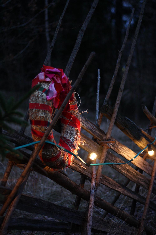 Joulukranssi ja juhlavaloja Seurasaaren aidassa