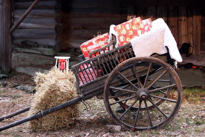 Kuva Joulupukin ohjelmapisteeltä puukärryistä, joissa on lampaantalja ja lahjapaketteja
