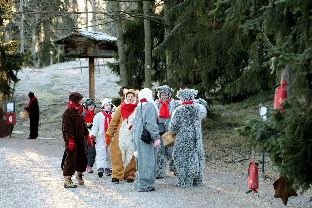 Skogsdjuren vandrar omkring på Julstigen och delar ut pepparkakor till barnen