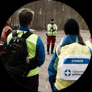Vapaaehtoisen pelastuspalvelun toimintaan osallistuvia vapaaehtoisia mukana etsinnässä Espoossa.