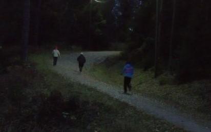 Espoon Latu sauvmäkitreenaajat etenevät juosten ylös mäkeä