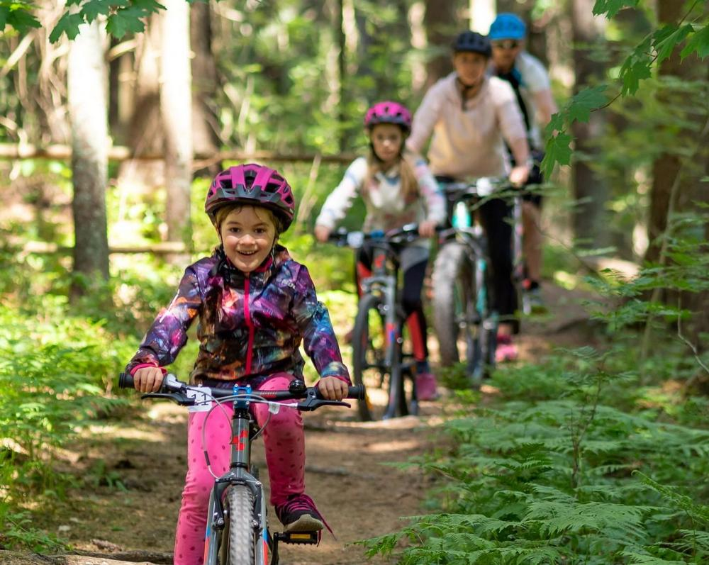 Perhe maastopyöräilemässä Espoon Keskuspuisto