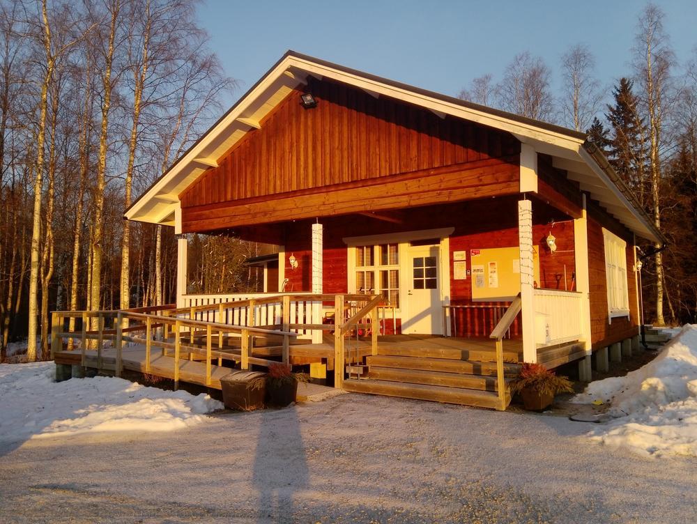 Punainen rakennus ja aurinko paistaa