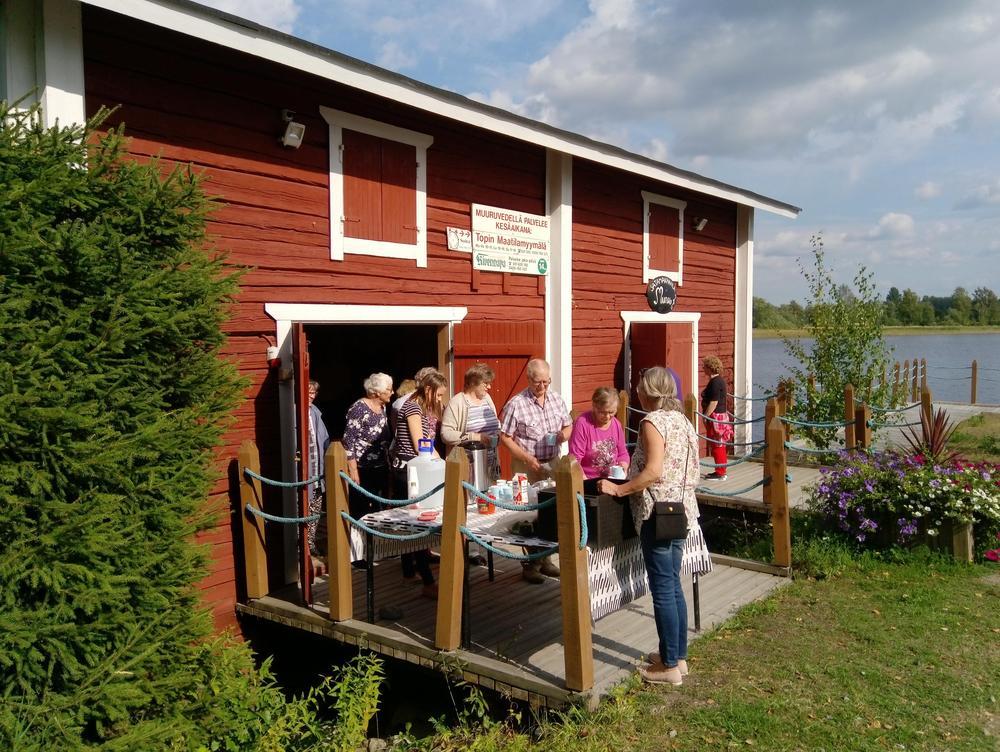 Punainen kahvilamakasiini rakennus Muuruveden satamassa