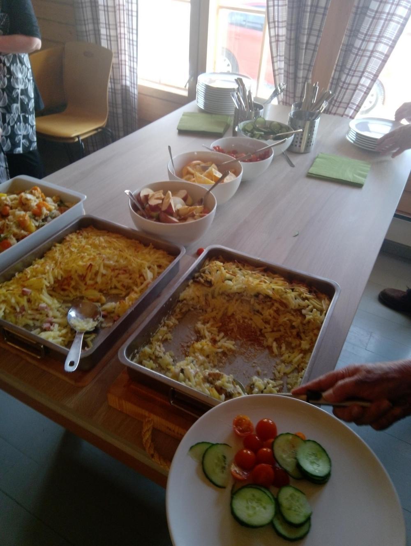 Pöytä, jossa on tarjolla ruokaa