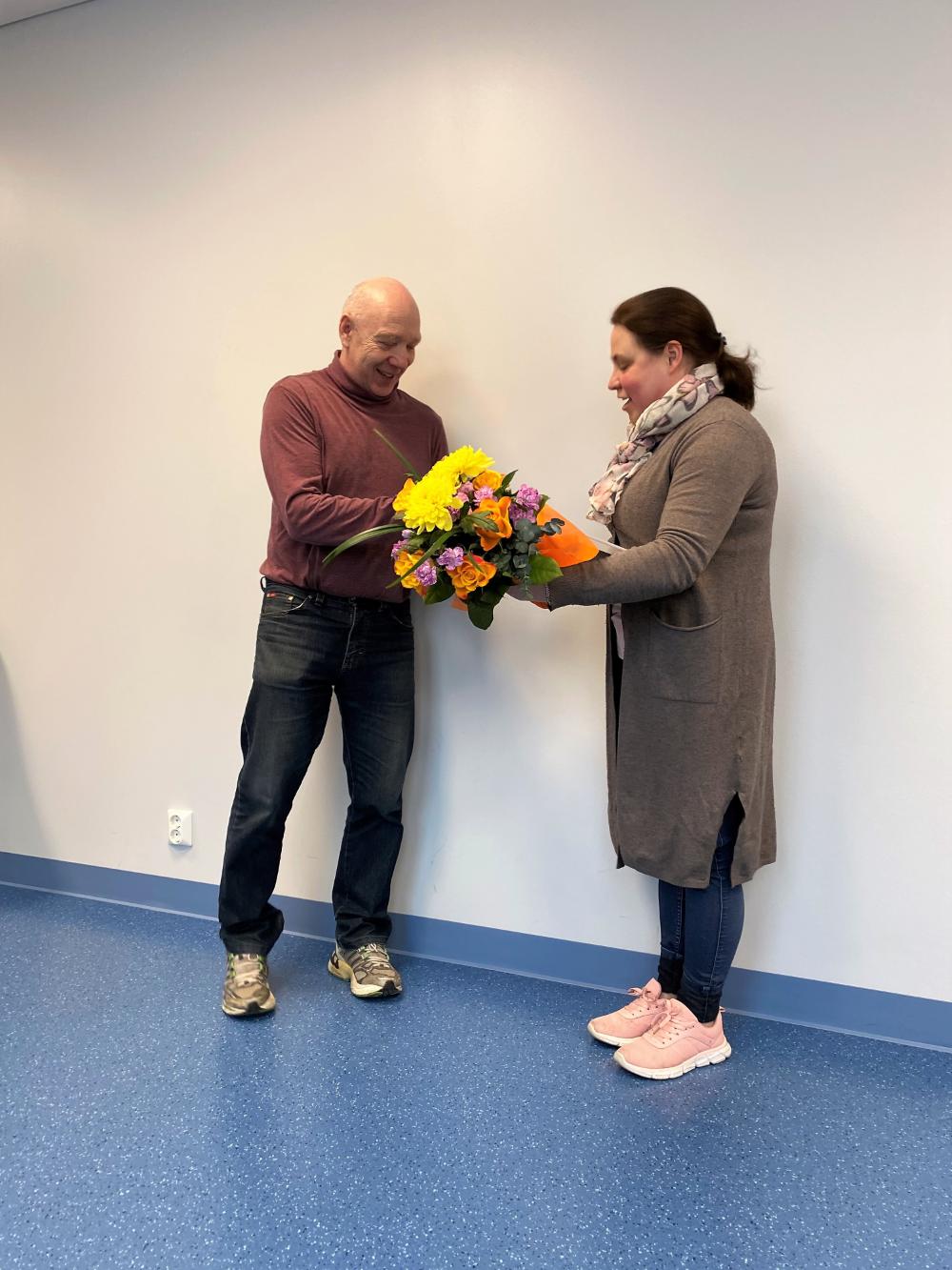 Puheenjohtaja Niina Kärki ojensi kunniamerkin, kellon ja kukat Herkko Sottiselle.
