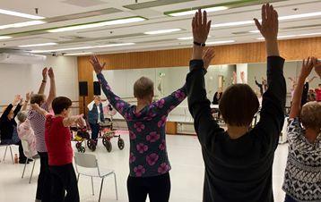 Kuvassa Keski-Suomen Parkinson-yhdistyksen tanssiliikuntakerhon harjoitukseen osallistujia #iloauttaa #keskimaa