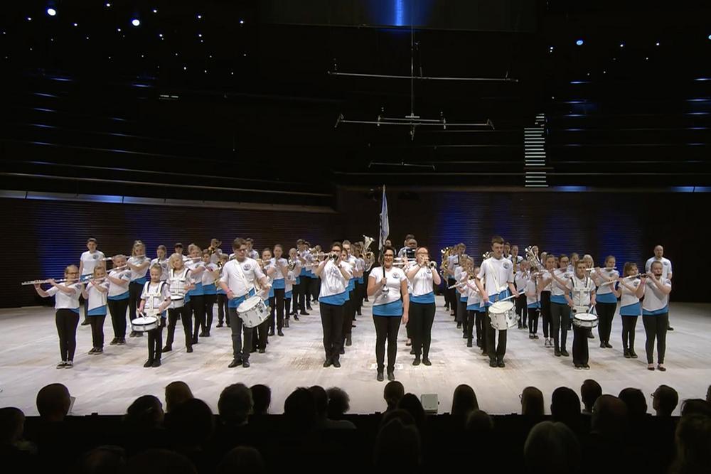 Orkesteri Helsingin musiikkitalon lavalla.