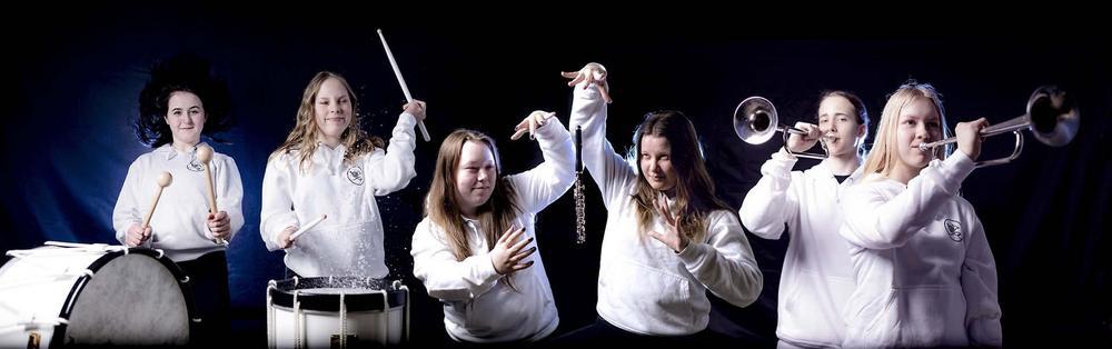 Nuoria soittajia rumpujen, piccolohuilujen ja signaalitorvien kanssa.