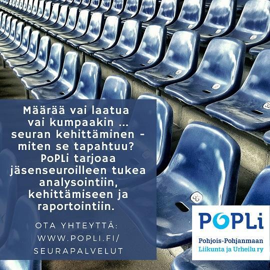 Urheilukentän katsomon tyhjiä, sinisiä kuppi-istuimia.