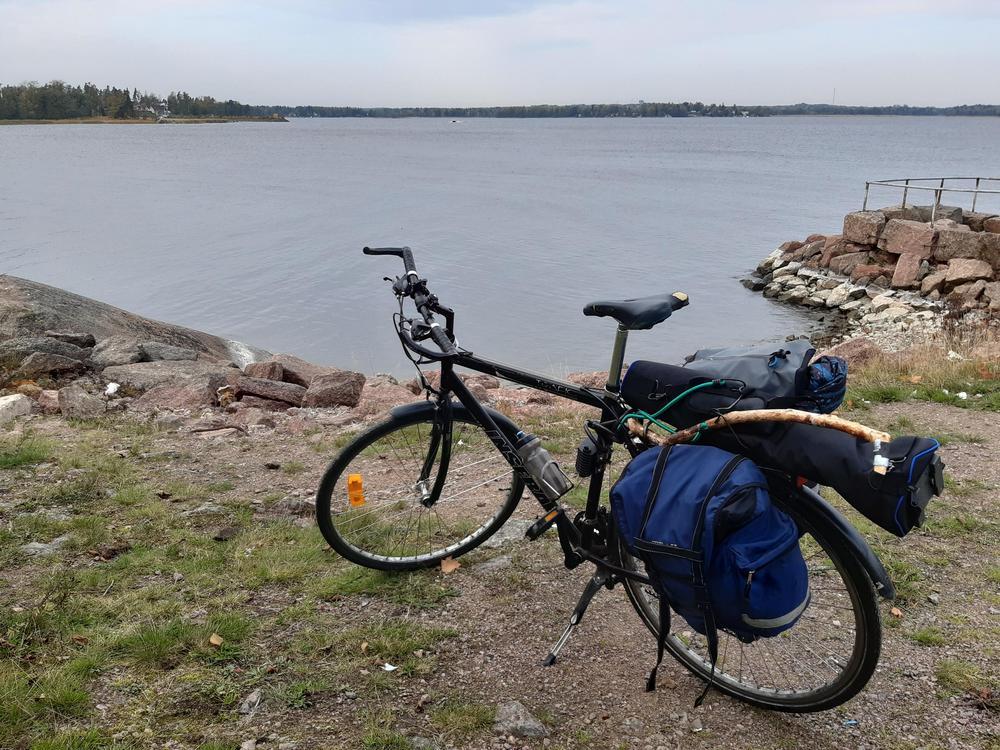 Ekopinnakisaan osallistuvan kilpailijan polkupyörä parkkeerattuna meren rannalle.