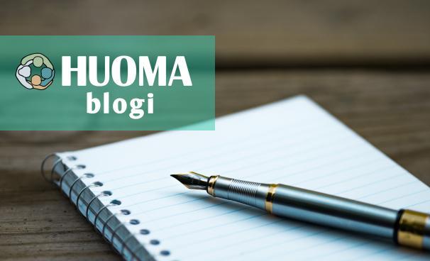 Otsikkokuva, jossa lukee Huoma Blogi. Kuvassa kierrelehtiö, jonka päällä on vanhanaikainen mustekynä.
