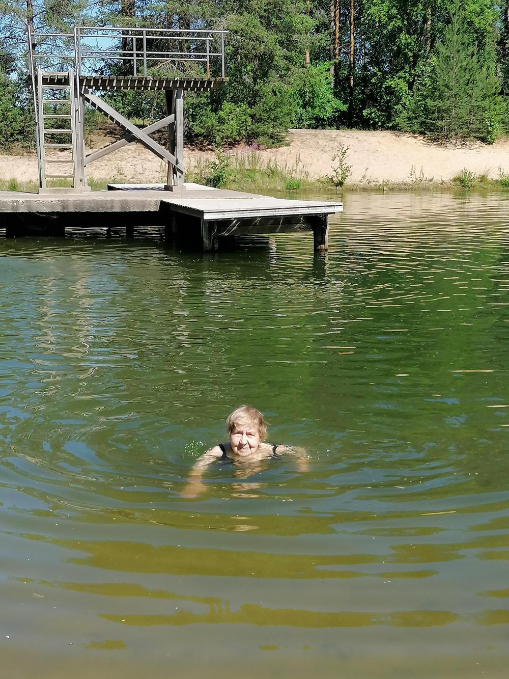 Sirkka uimassa.