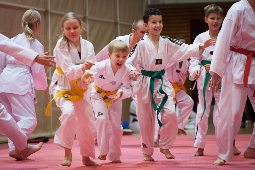 Iloisia lapsia taekwondoharjoituksissa.