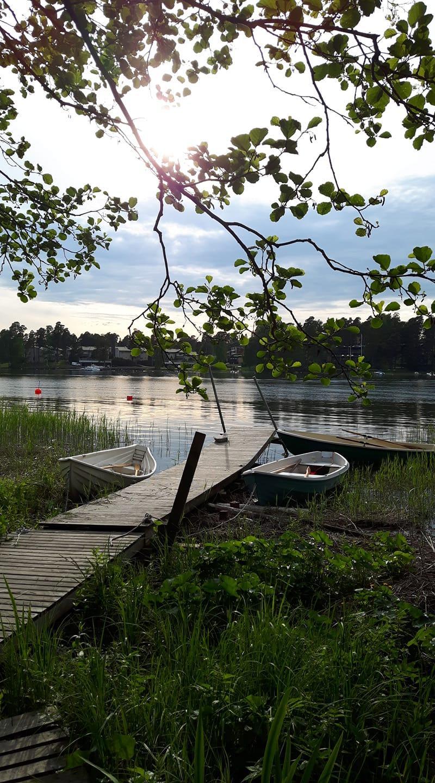 Huvilan laituri ja yhdistyksen veneitä. Kuva: Virve Mertanen