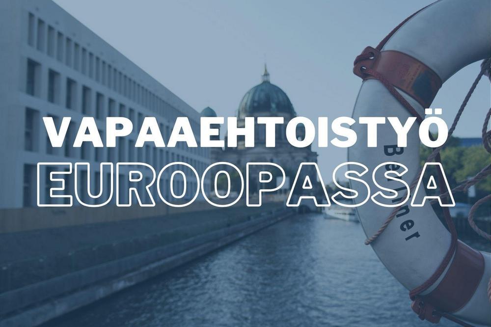 """Kuvassa on joki, jonka etualalla pelastusrengas, jossa lukee Berliner. Joen takana on kupolirakennus. Kuvassa lukee """"vapaaehtoistyö Euroopassa""""."""