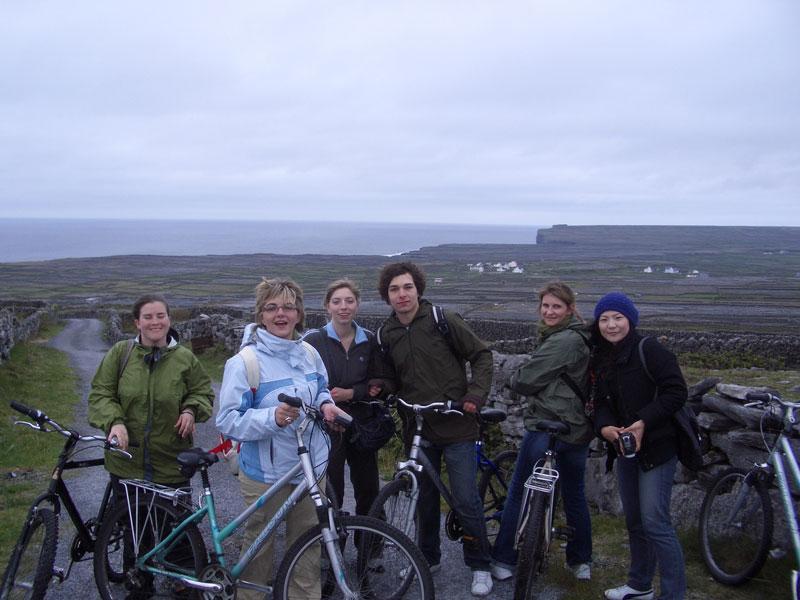 Kuvassa kuusi nuorta poseeraa pyörien kanssa Irlannin maaseudulla.