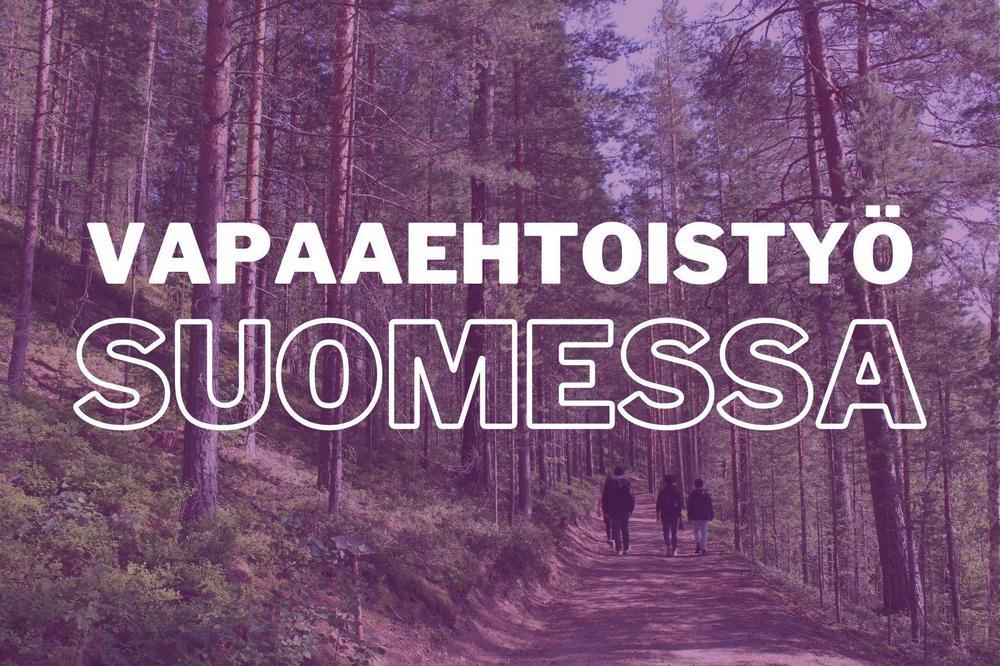 """Ihmisiä kävelee metsäpolulla. Kuvan päällä lukee """"Vapaaehtoistyö Suomessa."""""""