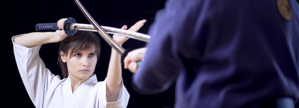 Iaidon harjoittelijoita harjoittelemassa miekkojen kanssa.