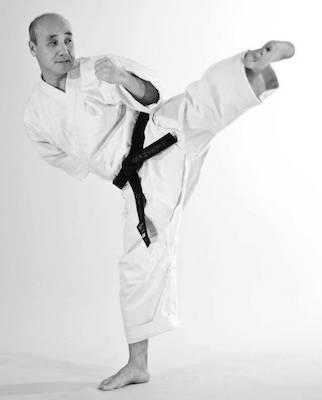 Genbu-kain ja Kokusai Shorinjiryu Karatedon pääopettaja soshi Matsuoi esittelemässä sokutogeri -potkua karatepuvussa.