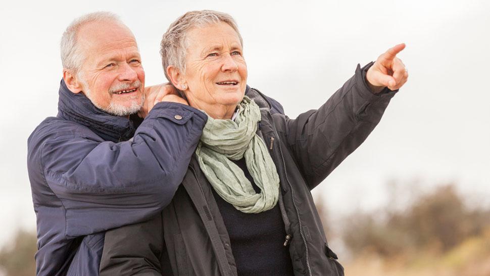 Vanhempi pariskunta tarkkailemassa luontoa.
